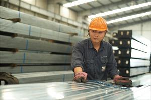"""Sản lượng ống thép Hòa Phát tại miền Nam tăng 16,4%, tôn Premium """"cháy hàng"""""""