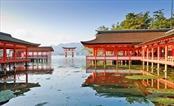 Đi giật lùi ở ngôi đền Itsukushima Nhật Bản