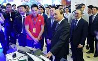 Thủ tướng tham quan triển lãm, dự Diễn đàn Phát triển Doanh nghiệp Công nghệ Việt Nam