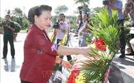 Chủ tịch Quốc hội dâng hương tưởng niệm các Anh hùng Liệt sỹ tại Vĩnh Long