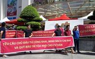 Cư dân Hoà Bình Green City căng băng rôn phản đối chủ đầu tư trong nắng nóng 40 độ