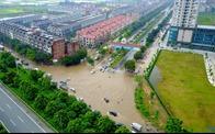 """Vật vã """"lội sông"""" trên Đại lộ Thăng Long"""