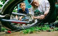 Bên kia đường có một ông già sửa xe