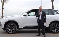 Chủ tịch Vingroup Phạm Nhật Vượng trải nghiệm lái chiếc xe VinFast Lux SA2.0 đầu tiên