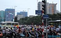 """Hạ tầng giao thông Hà Nội """"đua không kịp"""" cao ốc"""