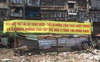 """Quận Hai Bà Trưng (Hà Nội): Người dân căng băng rôn, biểu ngữ tố công trình xây dựng """"bức tử"""" tòa nhà 189 Minh Khai"""