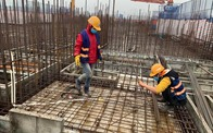 Công trường xây dựng Hà Nội đo thân nhiệt, phát khẩu trang cho công nhân