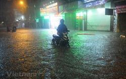 Hình ảnh TP.HCM ngập trong biển nước vì mưa lớn