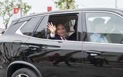 Thủ tướng ngồi xe ô tô VinFast do tỷ phú Phạm Nhật Vượng cầm lái