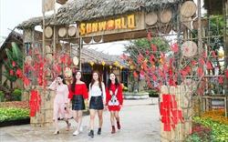 Du khách thích thú thưởng ngoạn không khí Tết truyền thống tại Lễ hội hoa xuân Sun World Halong Complex