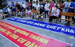 Hàng trăm cư dân VP3 Linh Đàm đội nắng căng băng rôn đòi Mường Thanh trả nước sạch