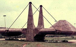 Sự hồi sinh của nghệ thuật kiến trúc... bạo lực