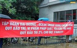 Cư dân Star City đội mưa căng băng rôn đòi phí bảo trì tại ĐHCĐ Ocean Group