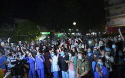 Khoảnh khắc Bạch Mai gỡ bỏ lệnh cách ly, hàng trăm người hân hoan mừng vui!