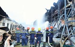 Hà Nội: Cháy lớn tại kho hóa chất ở Long Biên, nhiều người dân phải sơ tán tài sản ra ngoài
