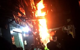 Cháy rụi một căn nhà ở phố Tây Bùi Viện