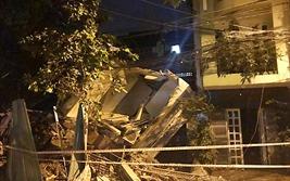 Nhà ba tầng ở Sài Gòn sập, đè nát nhà hàng xóm