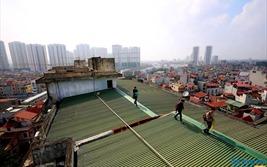 Hỏng thang máy, cư dân phải leo mái nhà