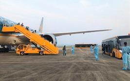 Sân bay Vân Đồn áp dụng quy trình khép kín ngoài nhà ga đón 93 người về từ Anh
