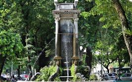 Quấn thép gia cố đài phun nước Con Cóc hơn 100 năm tuổi