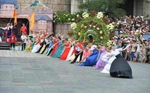 Hàng loạt màn trình diễn nghệ thuật quốc tế khuấy động phố đi bộ Hồ Gươm