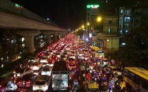Mưa lớn giờ tan tầm, Hà Nội ngập sâu, tắc đường nhiều giờ