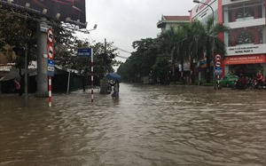"""Nghệ An: Đường phố Vinh thành """"sông"""" sau trận mưa lớn kéo dài"""