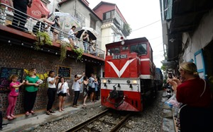 Hanoi Train Street a global top attraction experiencing overtourism